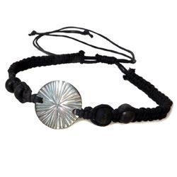 Bracelet petite nacre ronde gravée sur cordon ajustable