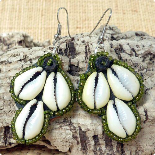 Boucles d'oreilles coquillages cauris et perles de rocailles vertes
