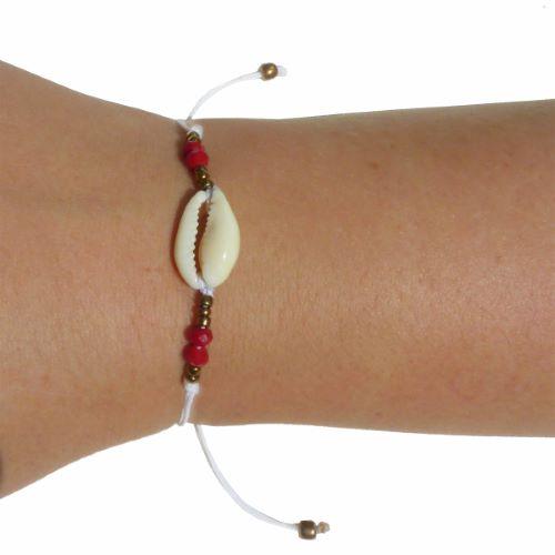 Bracelet cauris sur cordon blanc perles à facettes rouges et rocailles bronzes