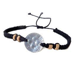 Bracelet petite nacre ronde gravée sur cordon noir tressé