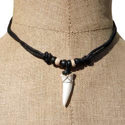 Collier véritable dent de requin en pendentif sur cordon ajustable