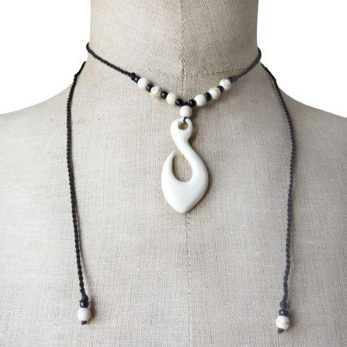 Collier pendentif ethnique en os sculpté sur cordelettes