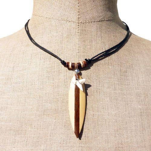 Collier surf dent de requin et board en bois en pendentif sur cordon ajustable