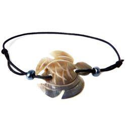 Bracelet petite tortue en nacre gravée sur cordon élastique