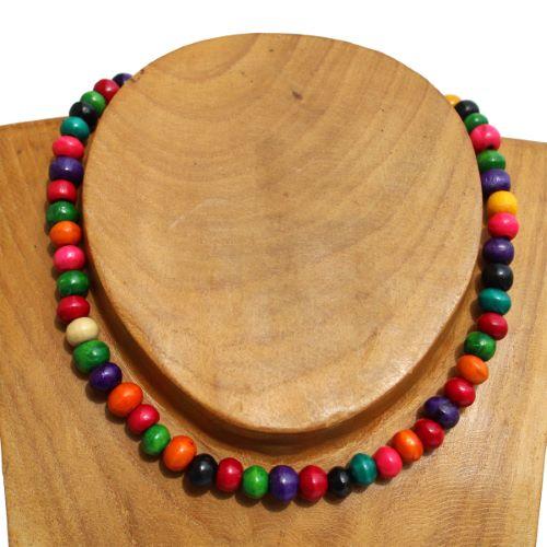 Collier bois en perles multicolores Un tour de cou