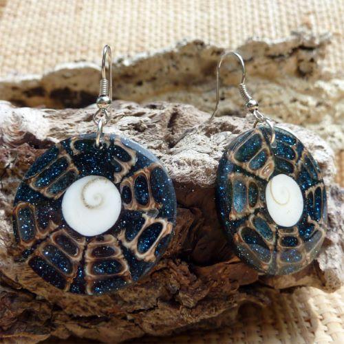 Boucles d'oreilles oeil de Lucie en résine avec coquillages et paillettes bleues