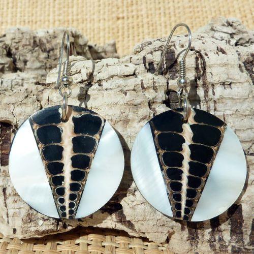 Boucles d'oreilles originales rondes coquillages résine et nacre blanche