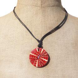Collier cordon médaillon rouge en résine avec éclats de coquillage