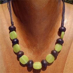 Collier Ras de cou Artisanal et original Perles en Bois et pâte de verre Vert anis
