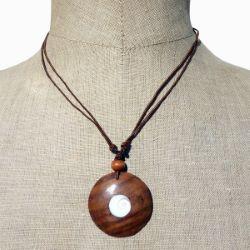Collier cordon pendentif rond en bois naturel avec oeil de Sainte Lucie