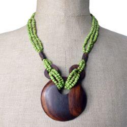 Collier Original mi-long perles de rocaille vert anis antique Pendentif rond en bois naturel