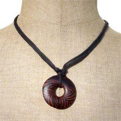 Collier original sur cordon pendentif rond en bois peint