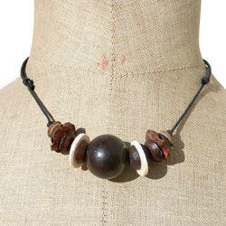 Collier Ethnique perles  en Bois et Noix de coco sur cordon