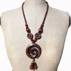 Collier en Bois original Spirale perles et breloque en bois brun