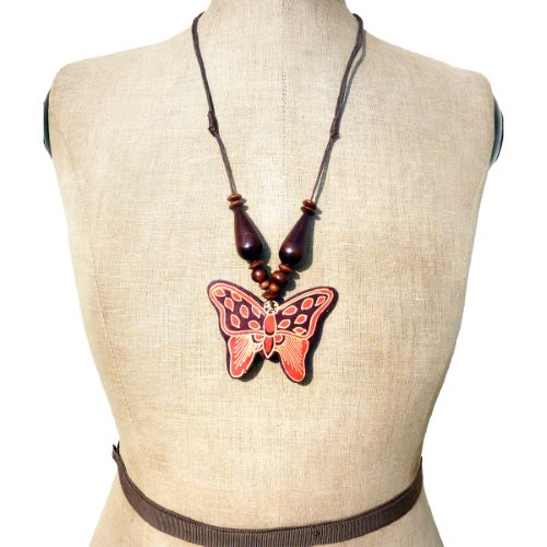 Collier mi-long Pendentif Papillon en Bois décor en Batik Artisanal