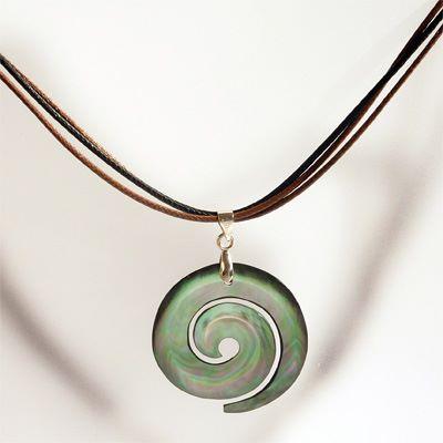 Collier pendentif spirale en nacre