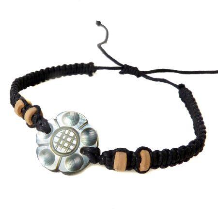 Bracelet fleur balinaise en nacre sur cordon macramé noir ajustable