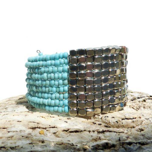Bracelet manchette en perles de rocaille turquoises et perles métal