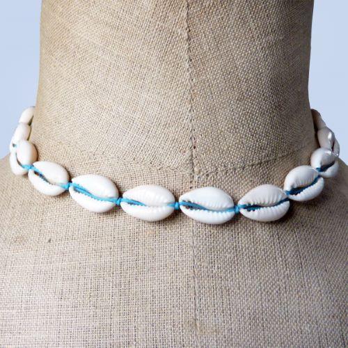 Collier tour de cou en coquillages cauris sur cordon bleu turquoise