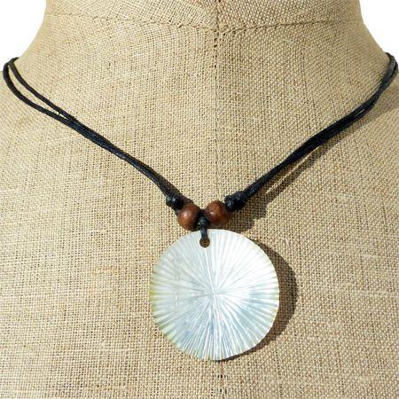 collier artisanal pendentif rond en nacre naturelle gravée