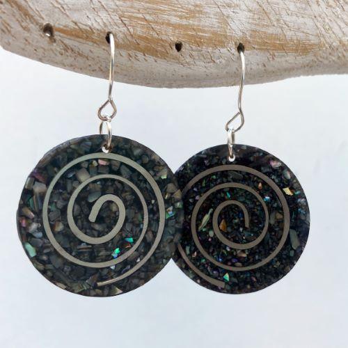 Boucles d'oreilles originales rondes spirales coquillages et résine