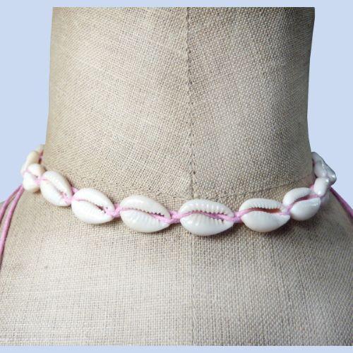 Collier tour de cou en coquillages cauris sur cordon rose