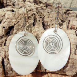 Boucles d'oreilles en Nacre Blanche ovales avec Spirale en Métal