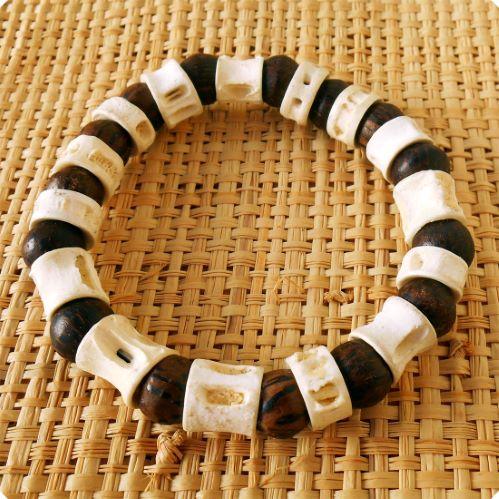 Bracelet surf perles en bois de palmier et vertèbres de requin