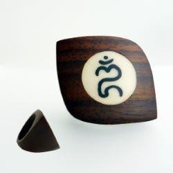 Bague en bois forme originale inscrustation avec signe Om Aum Balinais  ॐ