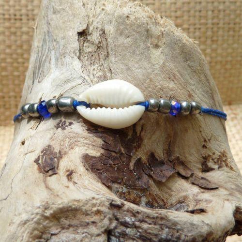 Bracelet cauris sur fils perles à facettes bleues et rocailles argentées