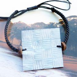 Bracelet cordon ajustable avec Nacre claire carrée gravure à damiers