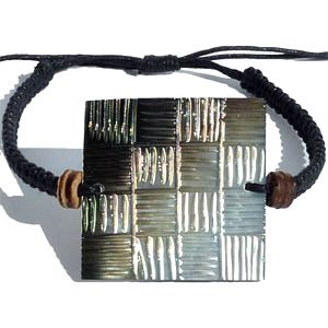 Bracelet cordon ajustable avec Nacre carrée gravure à damiers