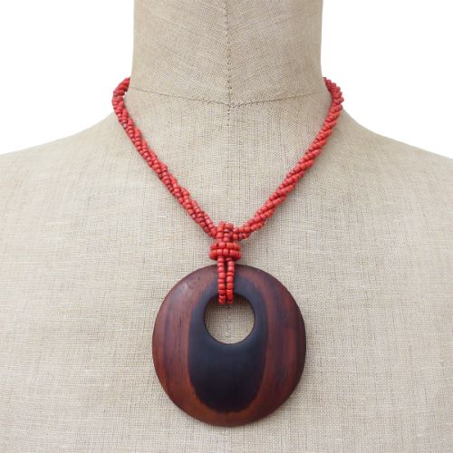 Collier torsade en perles de rocaille rouges Pendentif rond en bois naturel