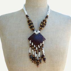 Collier pendentif en coco avec breloques sur rocailles blanches