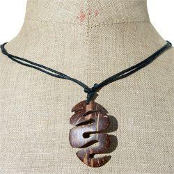 Pendentif en noix de coco artisanal sur collier en cordon ajustable