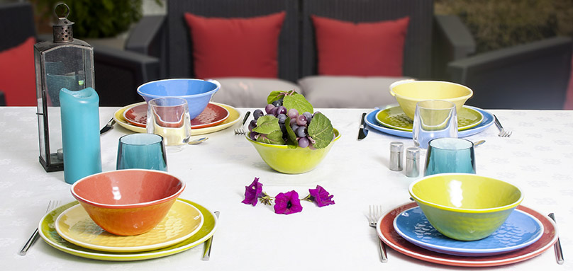 Collection of unbreakable crockery in colored melamine