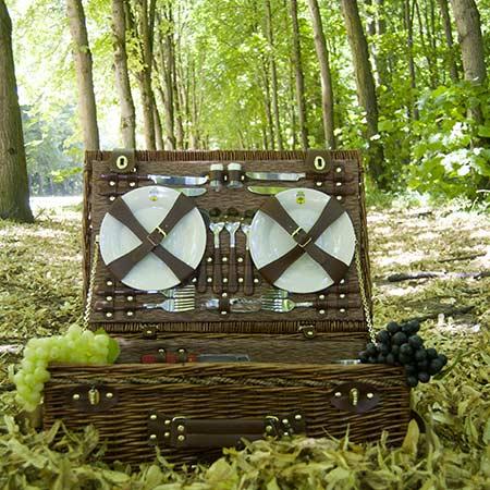 cesta de picnic para 4 personas en un bosque