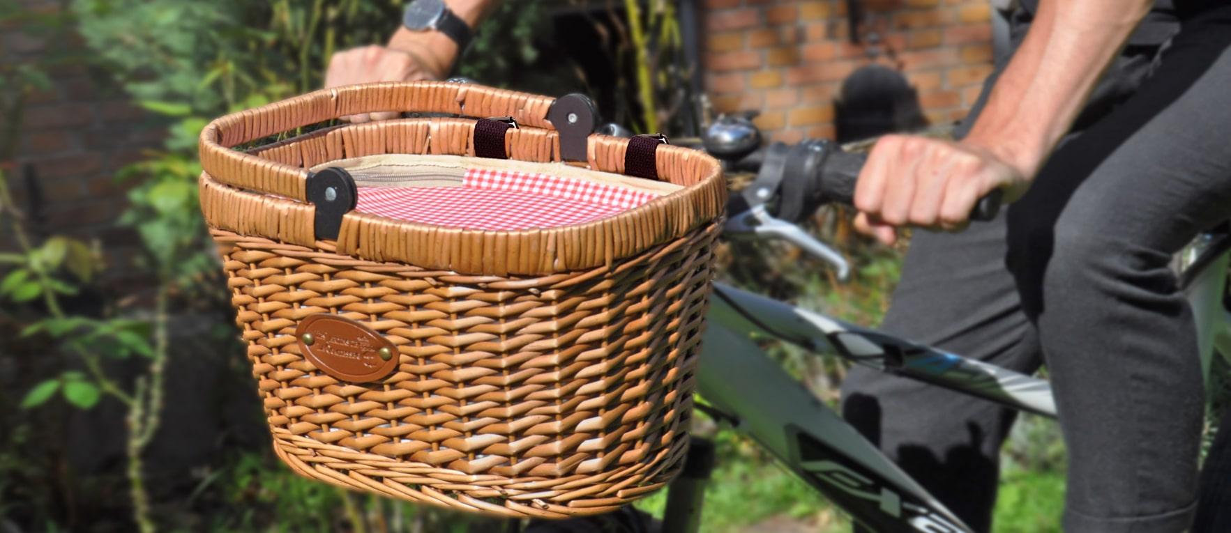 panier velo fabrique en osier acchroché sur un guidon de vélo