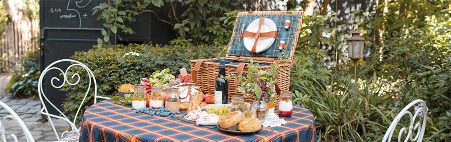 romantic picnic basket at the hotel Montmartre in Paris
