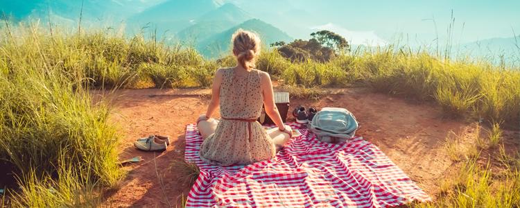 pique-nique dans les montagnes avec nappe
