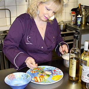 Karin Burton et les assiettes en mélamine haut de gamme des jardins de la comtesse au restaurant Lou Ferri