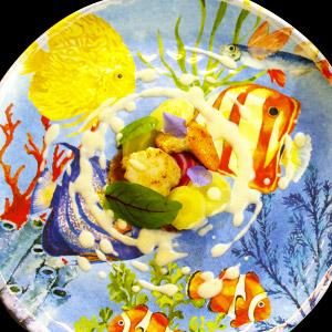 Noix de Saint-Jacques au Muscat doux et lonzu dans une assiette en mélamine