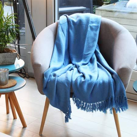plaid en décoration sur un fauteuil